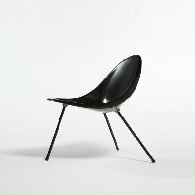 Molded aluminum tripod chair in black
